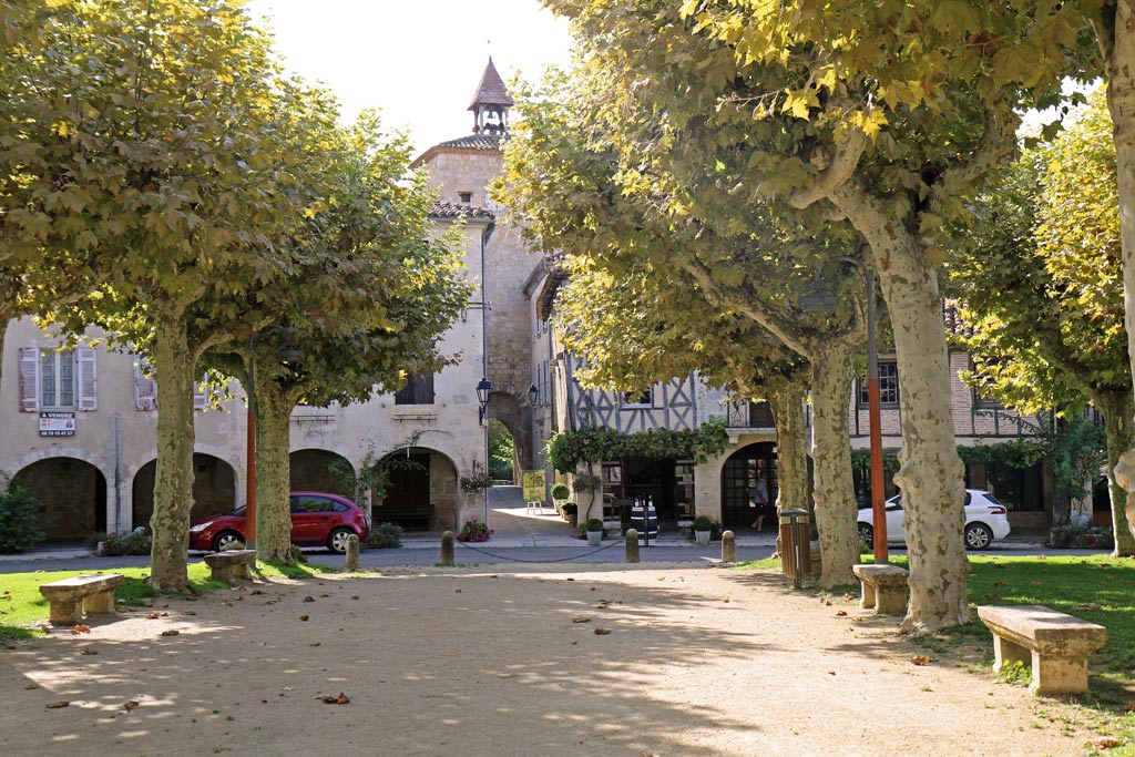 Place centrale et sa belle tour carrée