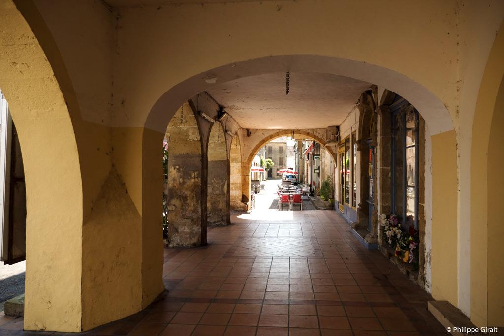 Place des arcades à Plaisance du Gers